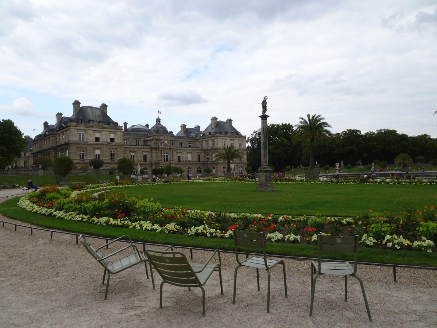 De typische groene stoeltjes in Jardin du Luxembourg