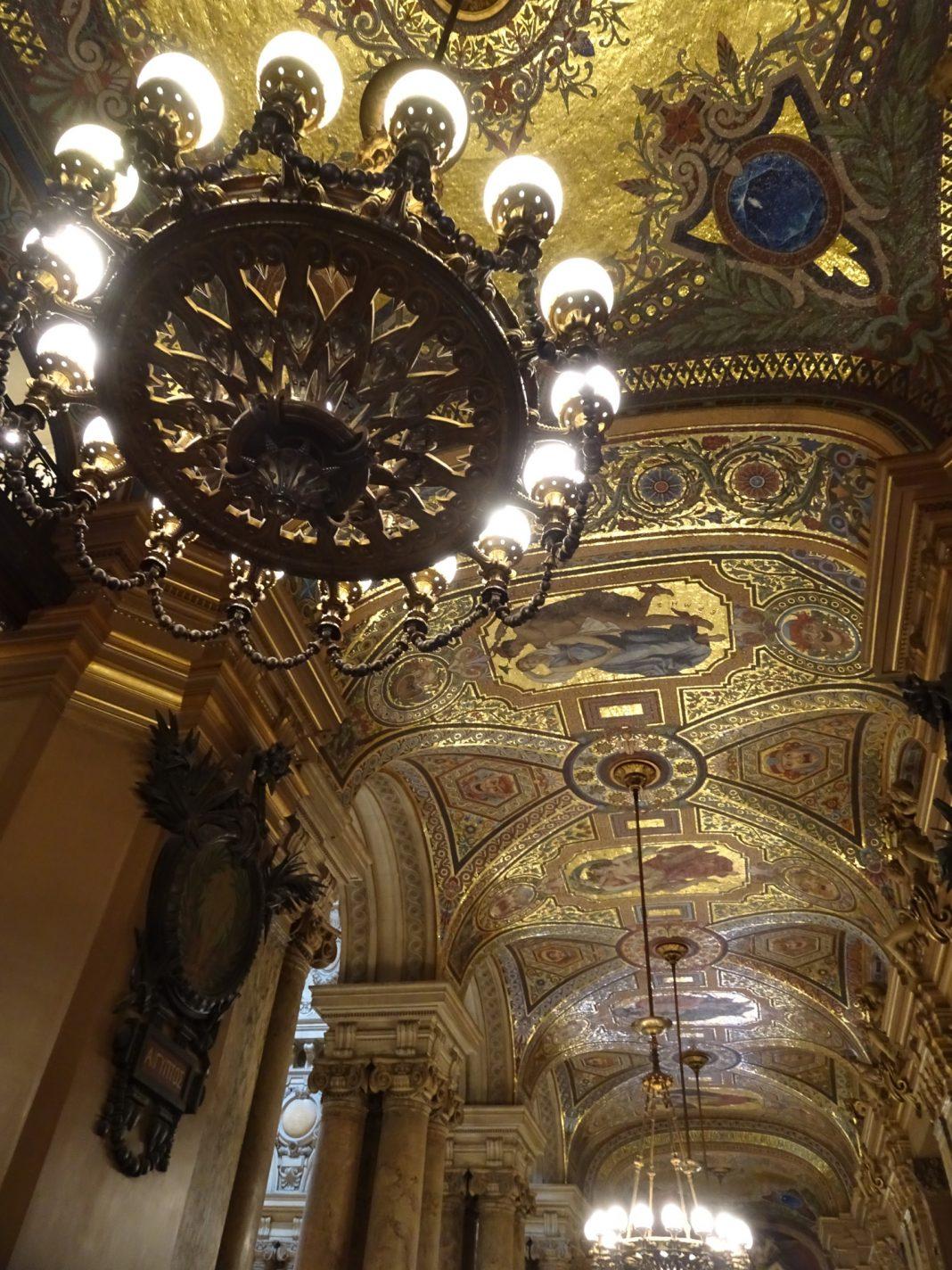Mooi gedecoreerd plafond in Palais Garnier - Parijs na de lockdown