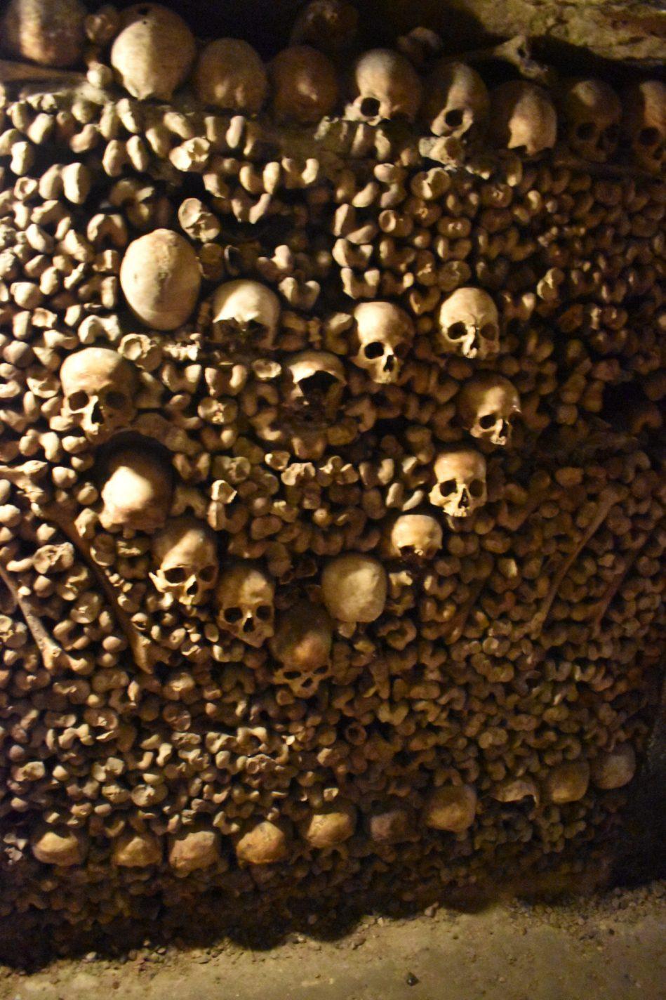 Opeengestapelde beenderen en schedels in les Catacombes