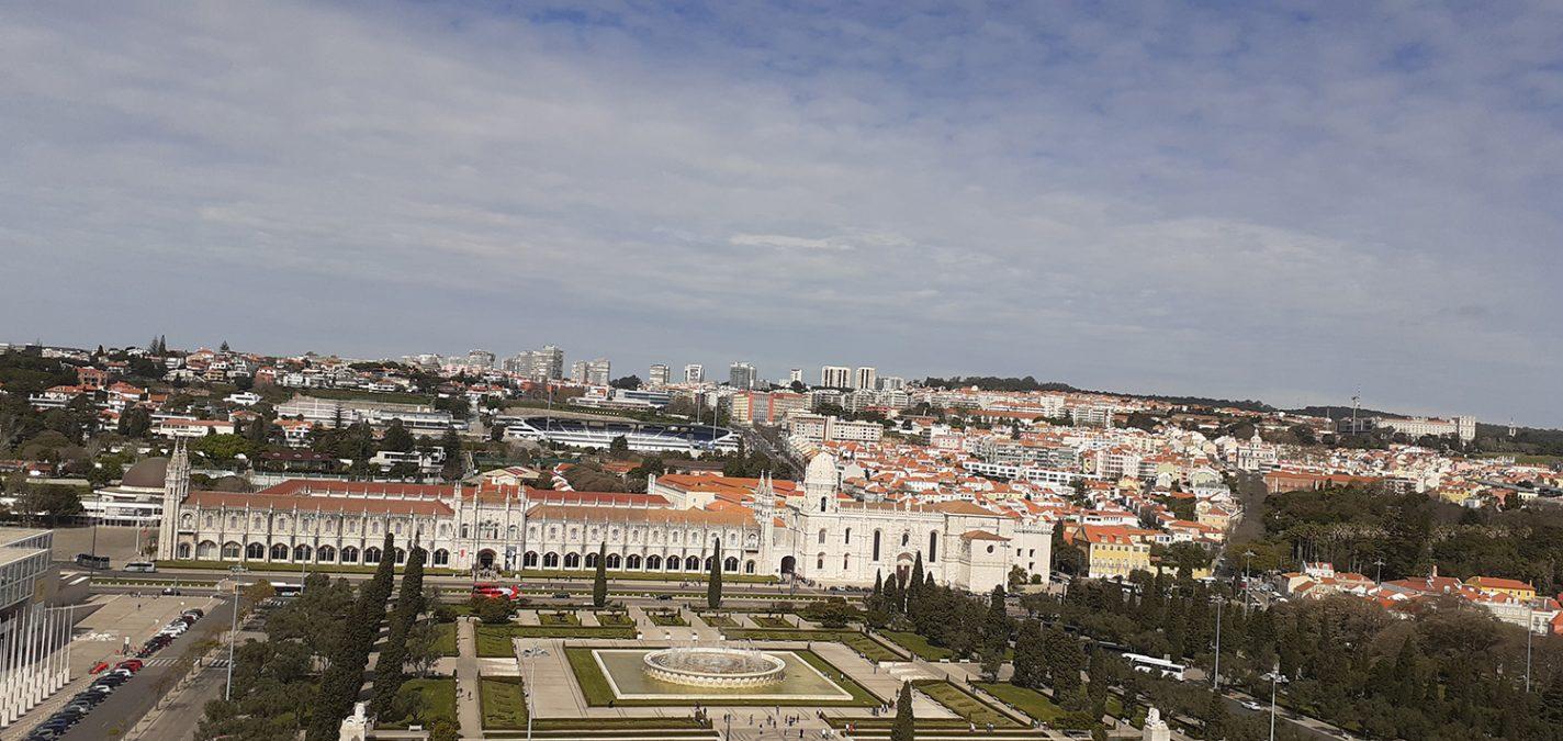 Uitzicht op Mosteiro dos Jerónimos vanaf het Monument der Ontdekkingen