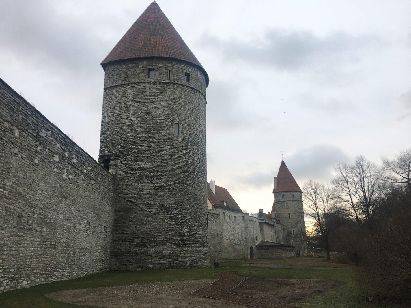 De oude stadsomwalling Tallinn Estland