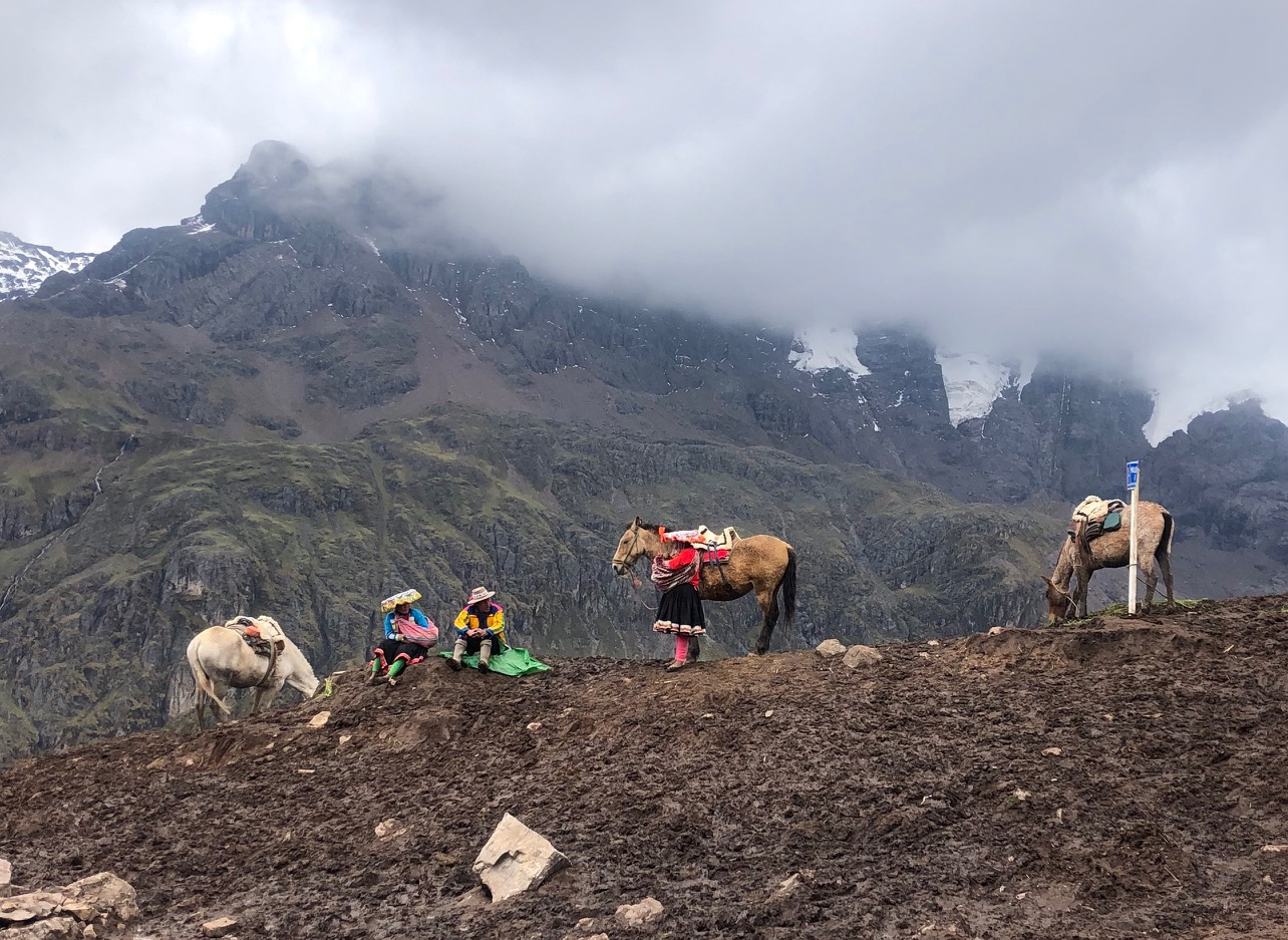 Peruanen staan te wachten met paarden