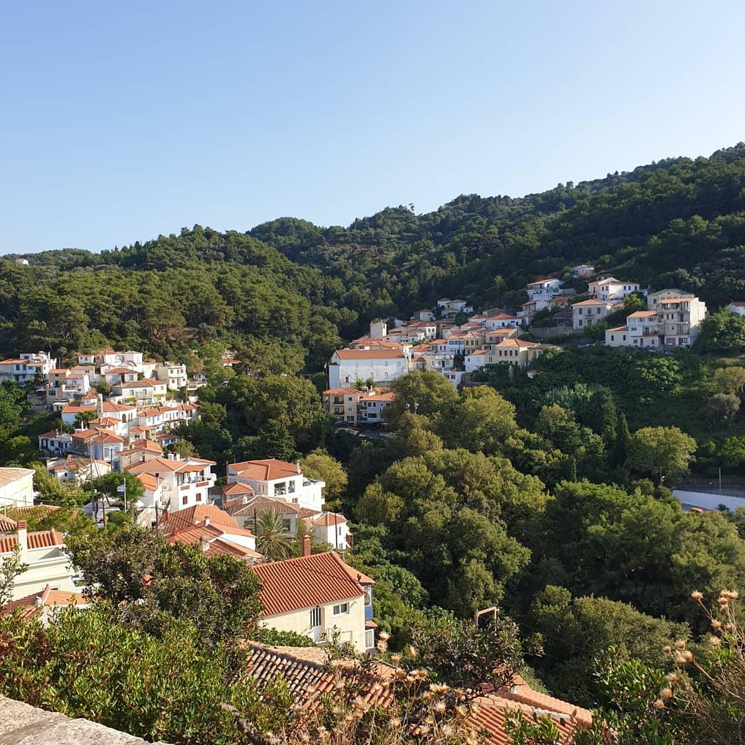 Uitzicht op een dorpje Paleo Karlovasi op Samos