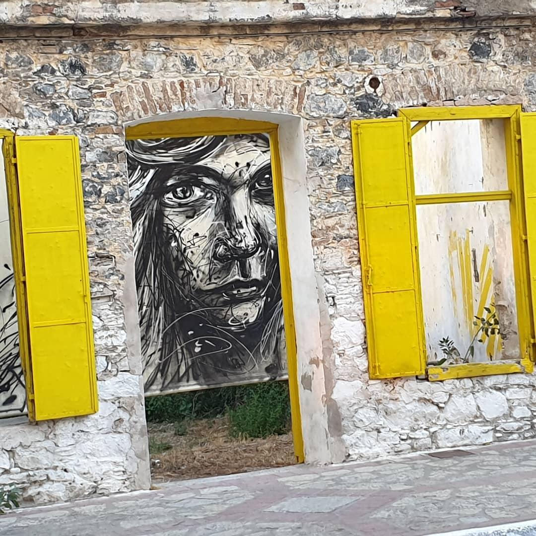 Mooie schilderingen op vervallen huisjes in Karlovassi