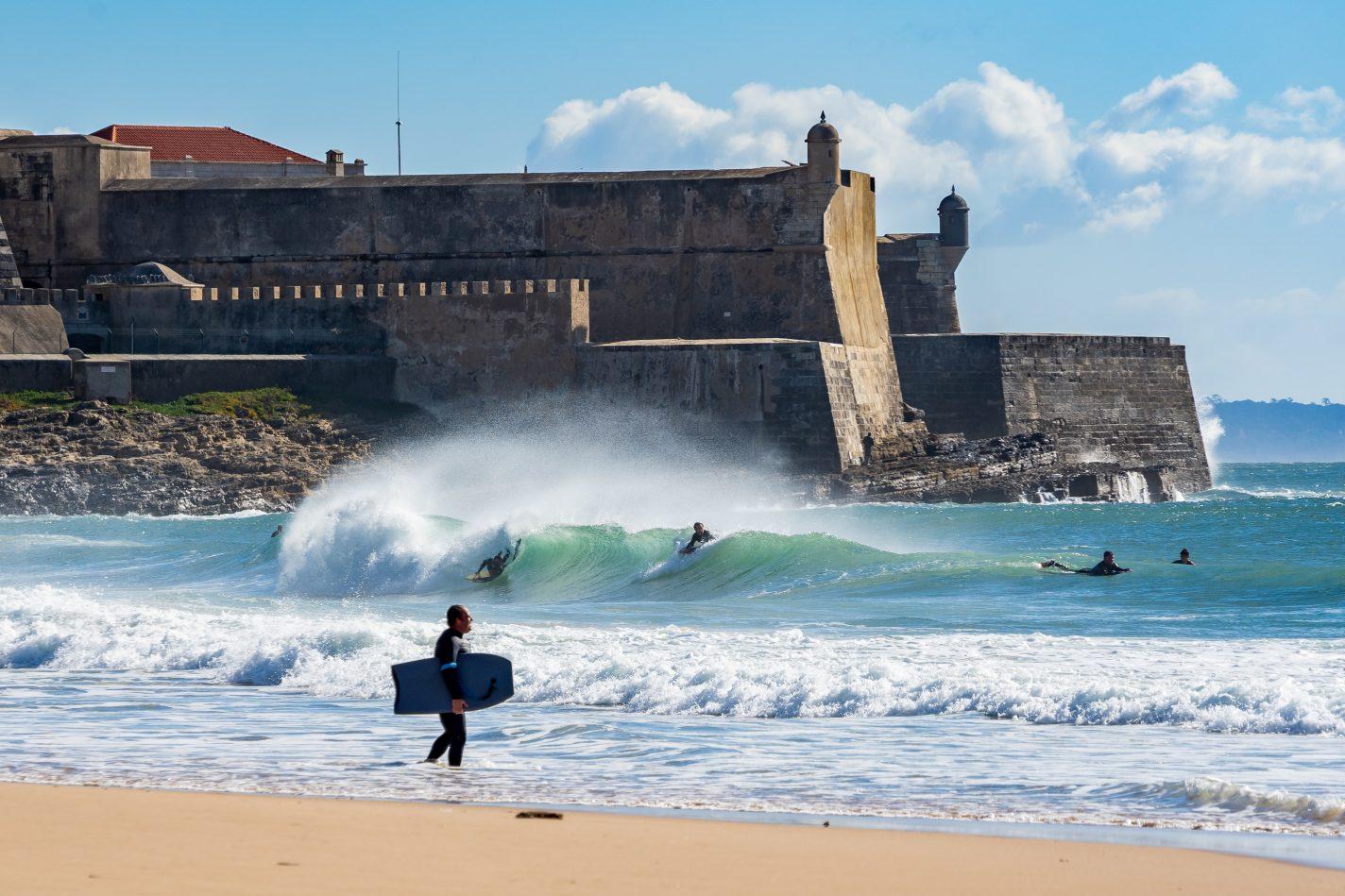 Trotseer de golfen van Carcavelos vanaf een surfplank - Omgeving van Lissabon
