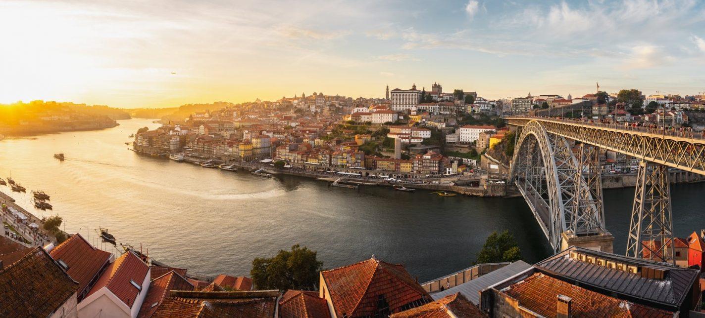 De zon daalt over Porto