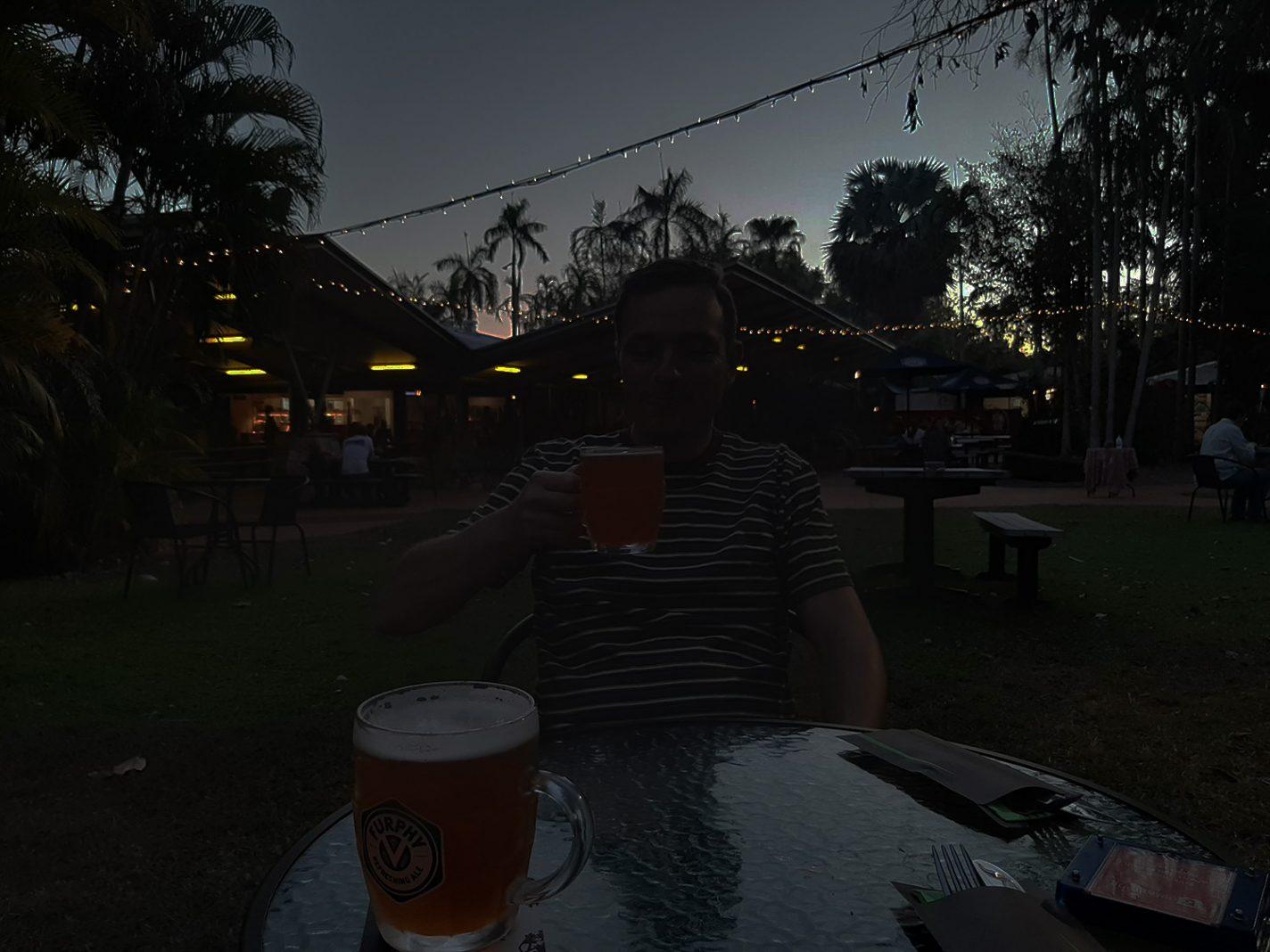 Gezellige sfeer bij het restaurant van Cooinda Lodge Kakadu