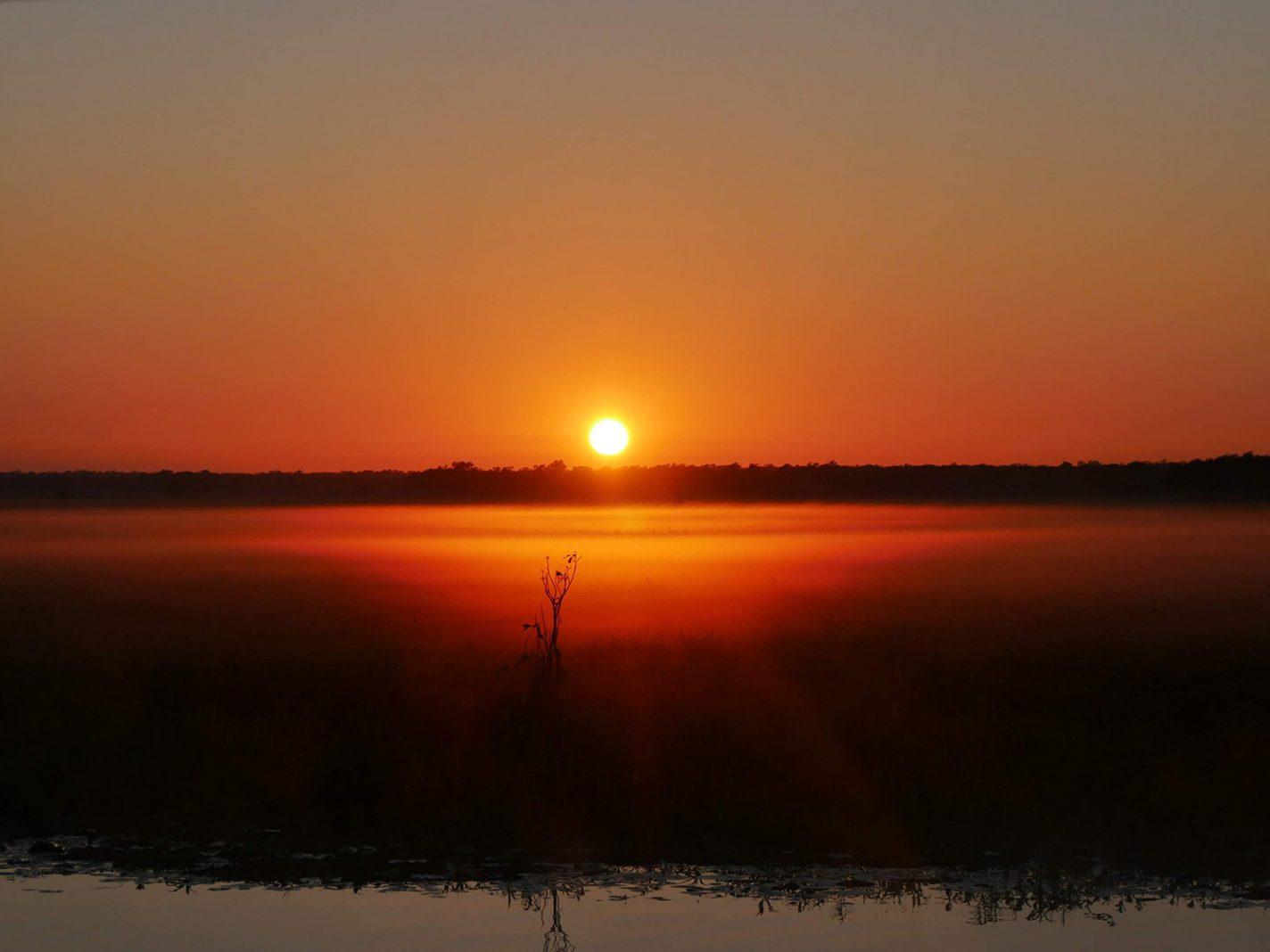 Prachtige zonsopkomst tijdens de Yellow Water Cruise in Kakadu National Park