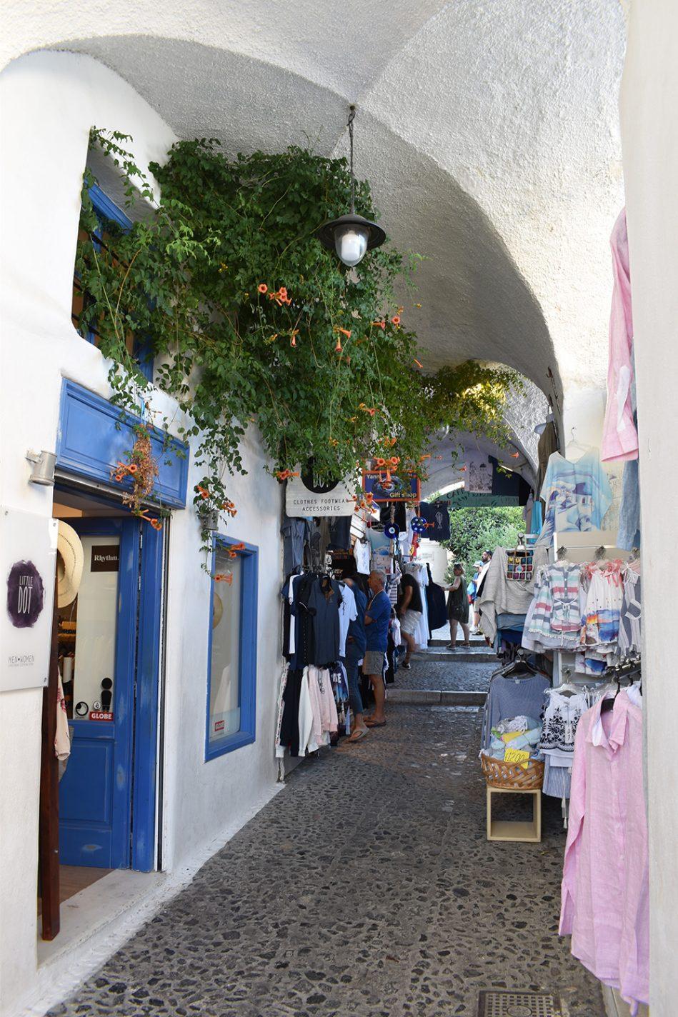 De gezellige straatjes in Fira