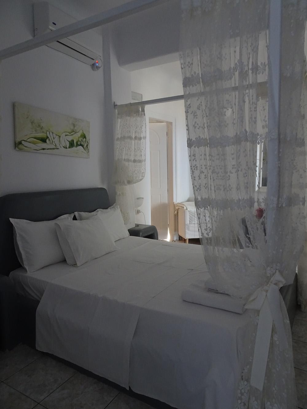 Een van de slaapkamers in Dream Villa Santorini