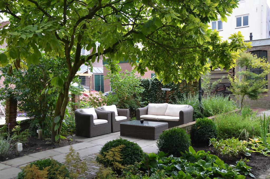 De groene binnentuin van Hotel de Tabakasplant