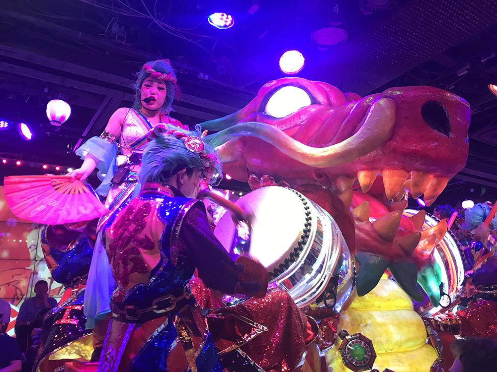 Wat te doen in Japan - Dansers in het Robot restaurant