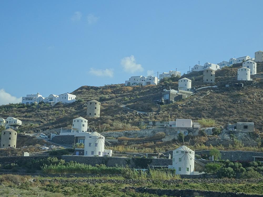 Traditionele woningen en molens op Santorini
