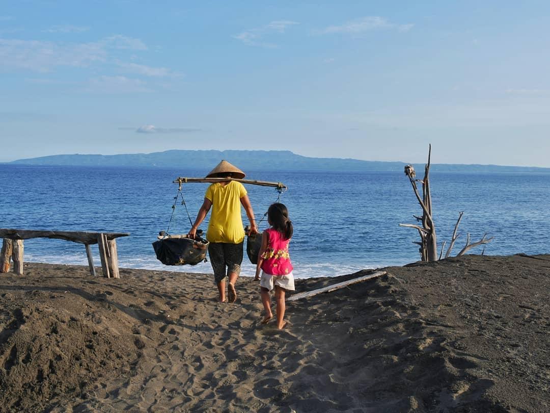 Tijdens onze tour met Toko Travel op Bali, maakte ik deze bijzondere foto van zeezout makers.