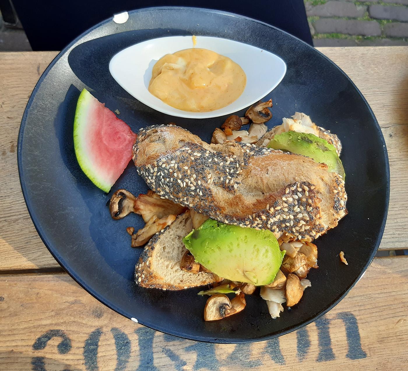 Het broodje gegrilde kip met avocado van Coffee Corazon