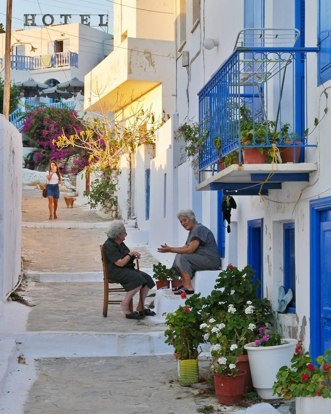 Tijdens het eilandhoppen in Griekenland heb ik deze foto op Amorgos gemaakt. Een typisch Grieks straatje met oude dametjes die de dag doornemen
