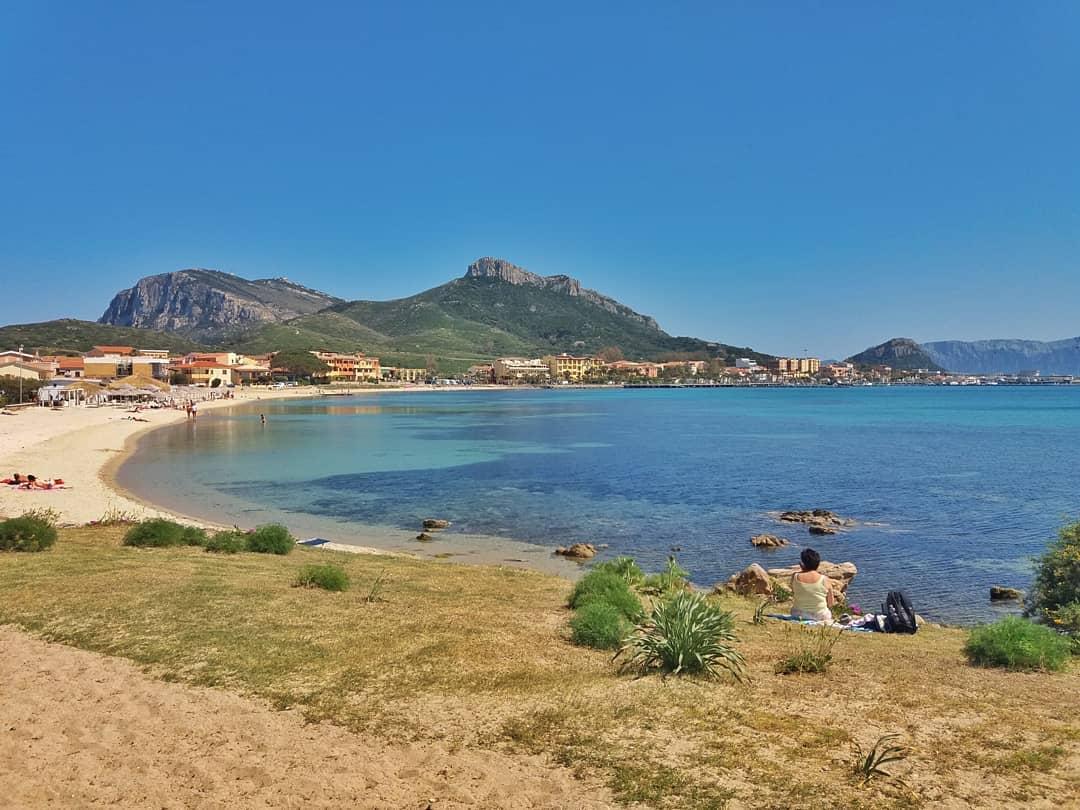Samen met mijn ma ontdekte ik het prachtige Sardinië. Hier maakte ik stiekem een foto van haar in Golfo Aranci.