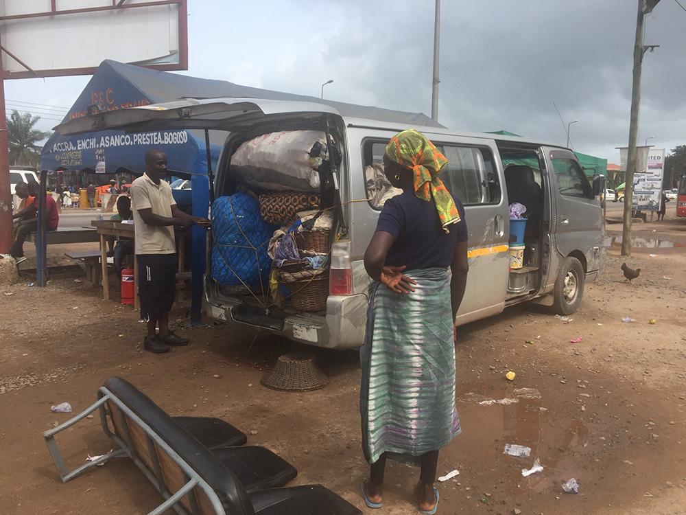 Een volgeladen busje in Ghana