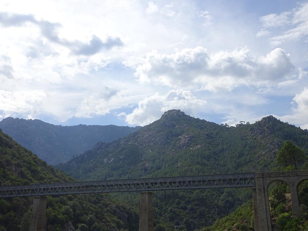 De brug van Gustave Eiffel in de bergen