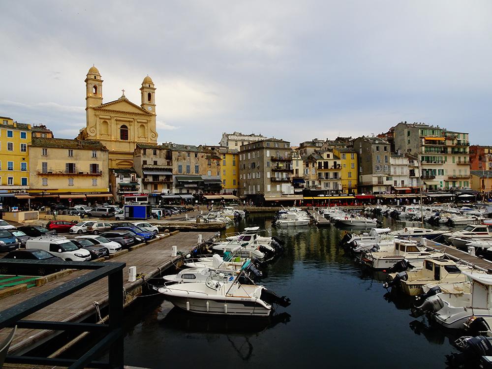 De kathedraal waakt over de oude haven van Bastia