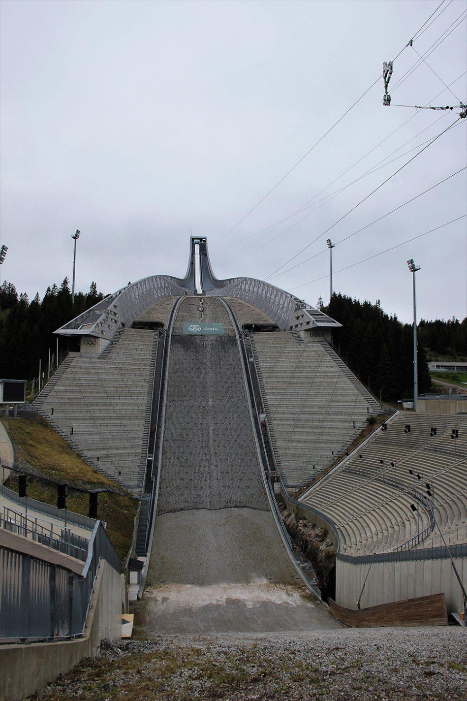De ski schans op de Holmenkollen berg bij Oslo