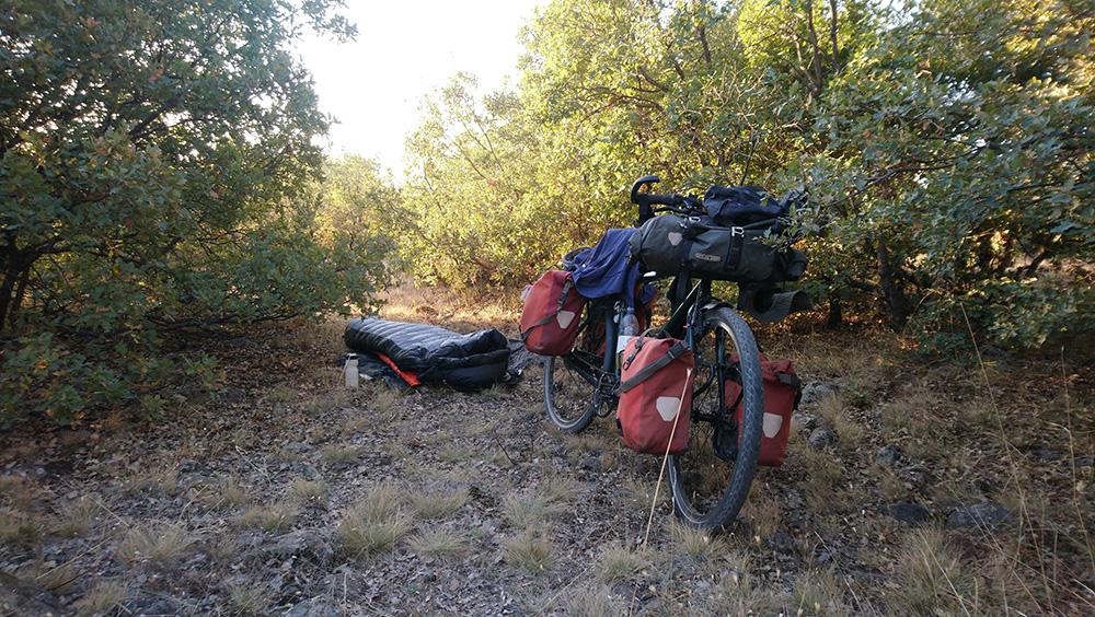 Een kleine kampeerplek langs de weg in Turkije - Solofietstocht van Dorien Cramer