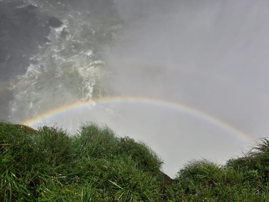 Regenboog bij de watervallen