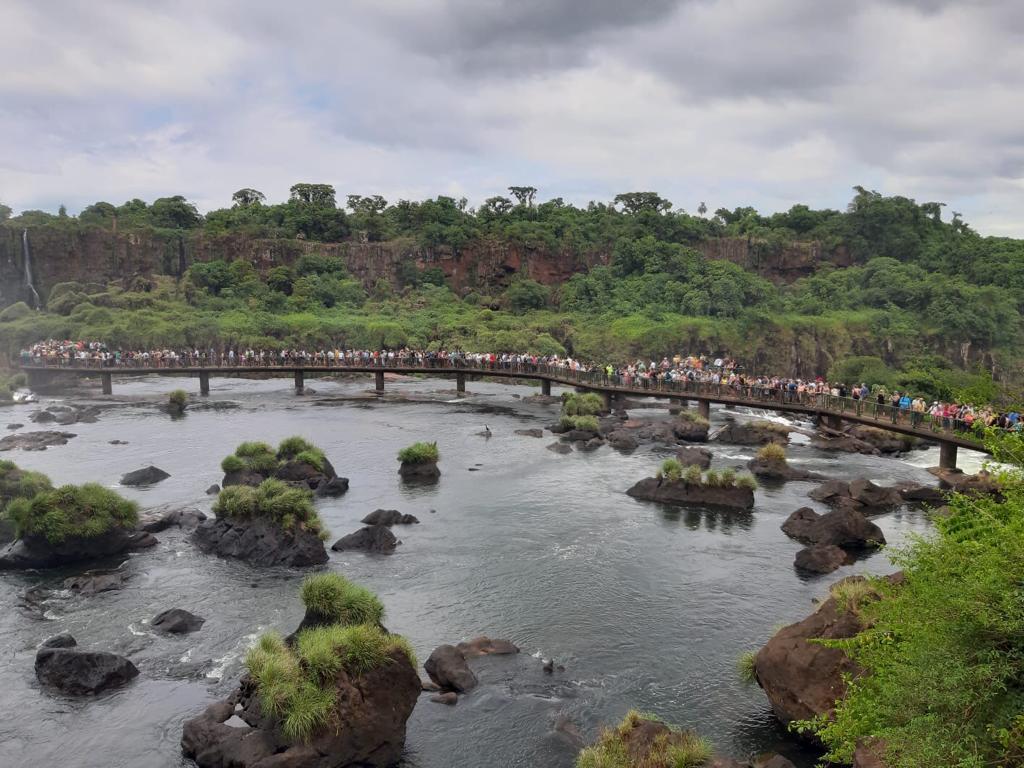 Veel toeristen wachten voor een beter uitzicht op de watervallen