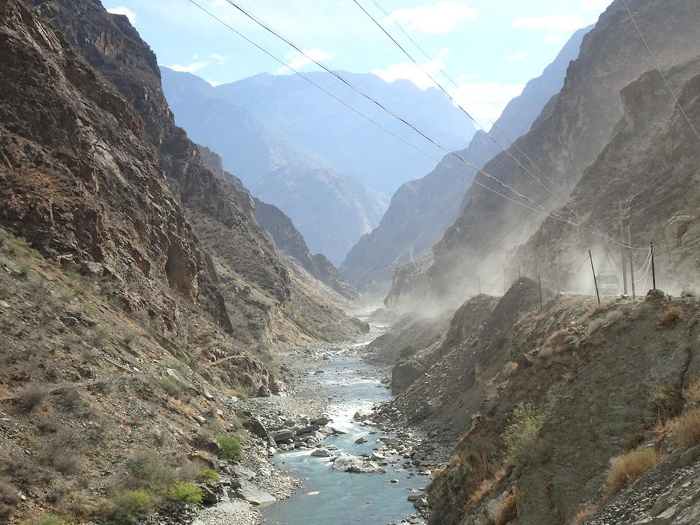 Stoffige weg op het Tibetaans plateau nabij Dali
