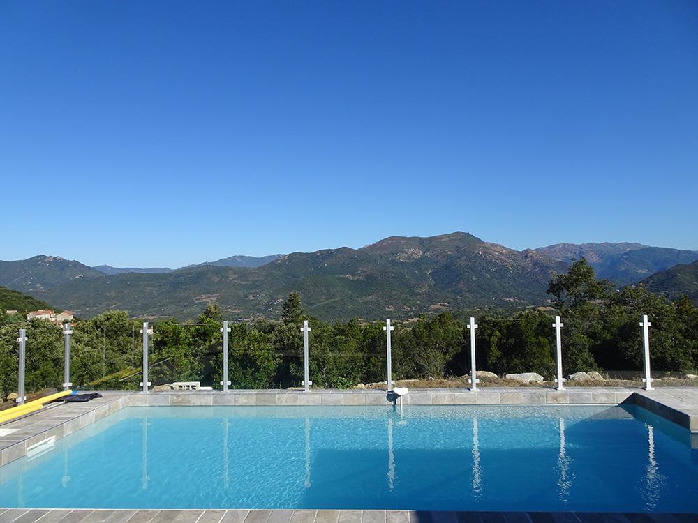 Zwembad met zicht op de bergen
