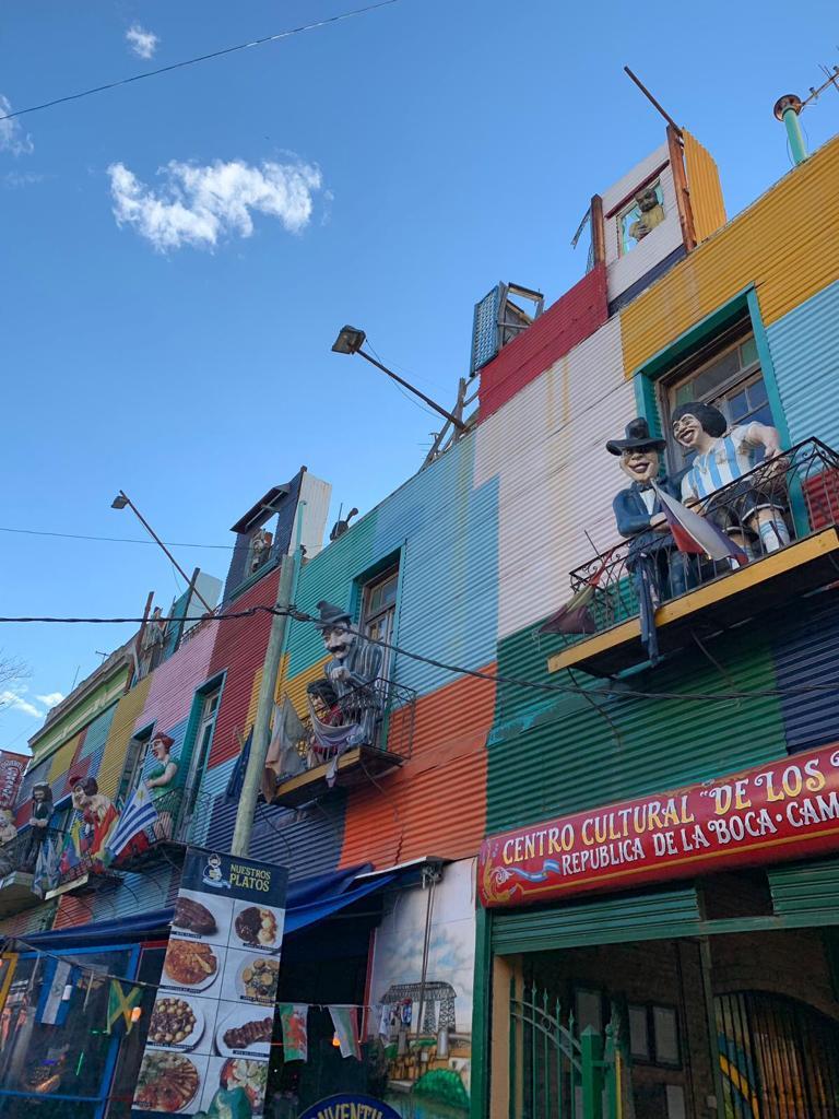 Kleurrijk straatje in de wijk La Boca