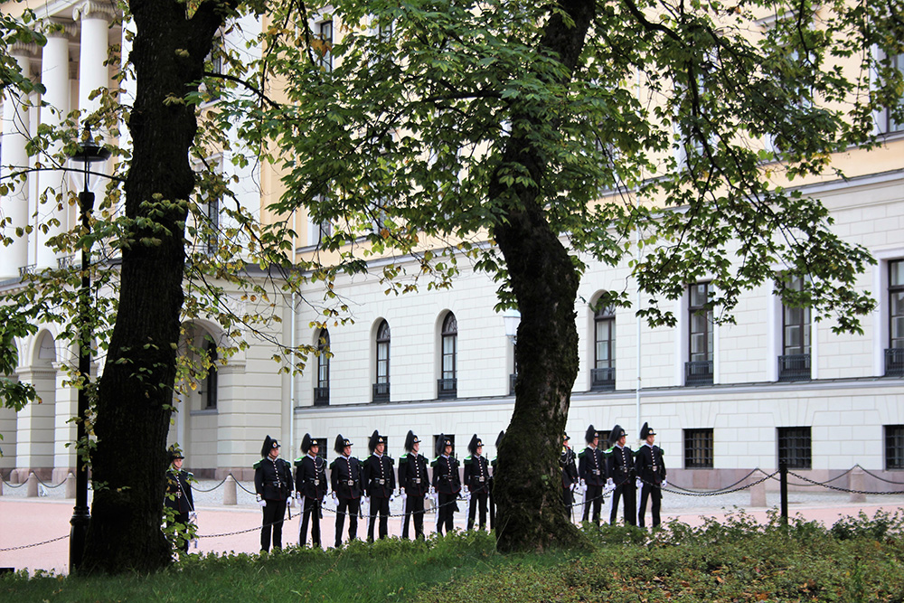 In Londen en Athene had ik al een wisseling van de wacht gezien, maar in Oslo is het ook een toeristische attractie