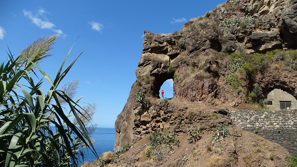 In een rots in Ponta do Sol - mooiste plekken Madeira