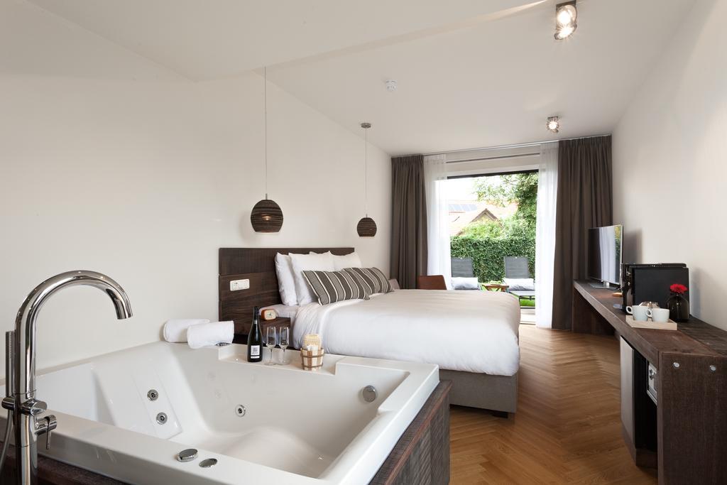 Op en top luxe en romantiek, deze kamer met eigen bubbelbad (bron: Booking)