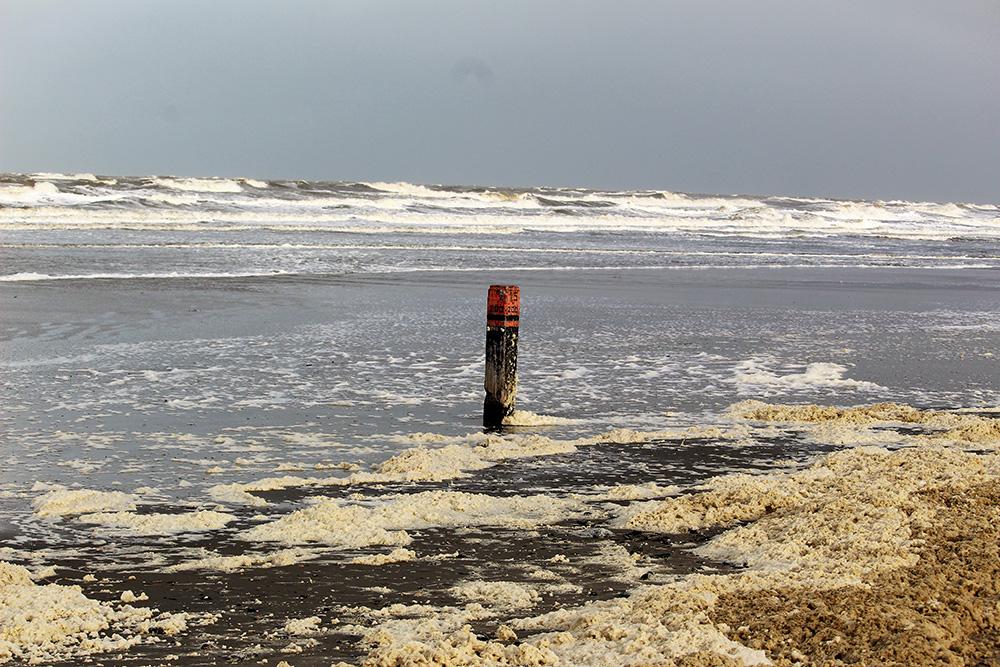 Het strand bij Buren lag zelfs vol schuim door het stormachtige weer