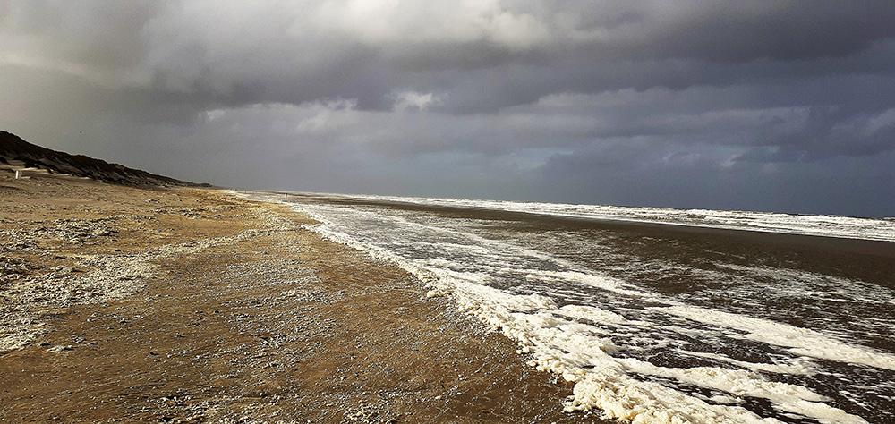 Het strand bij Buren, de zee 'wat' ruwer dan de dag ervoor bij Ballum