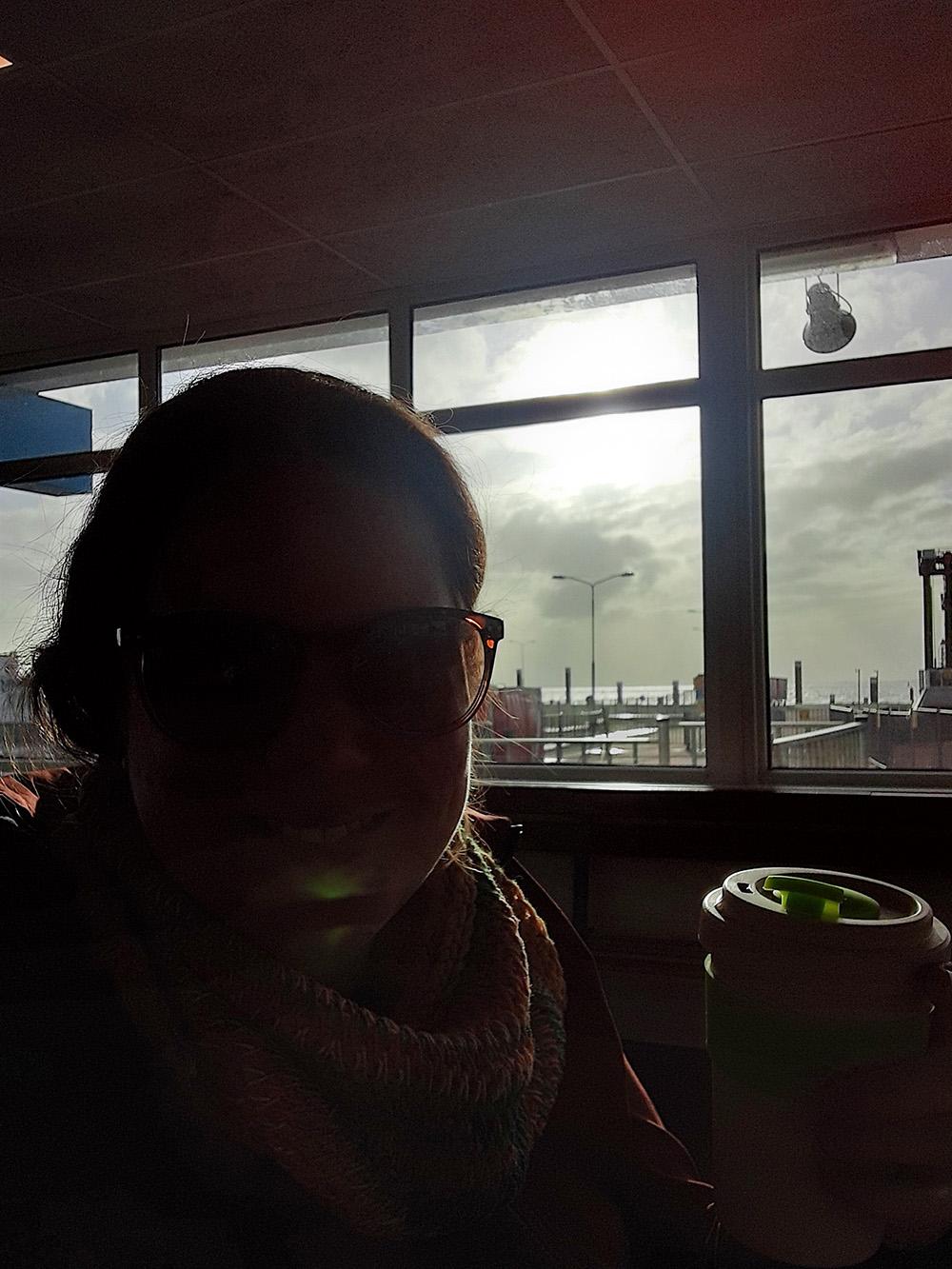 Uitgewaaid, opgeladen en voldaan in het zonnetje wachten op de veerboot terug naar het vasteland
