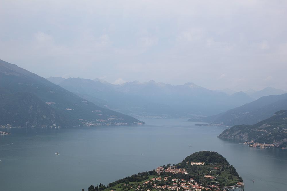 Uitzicht vanaf Bellagio over een mistig maar niet minder mooi Lago di Como - Comomeer