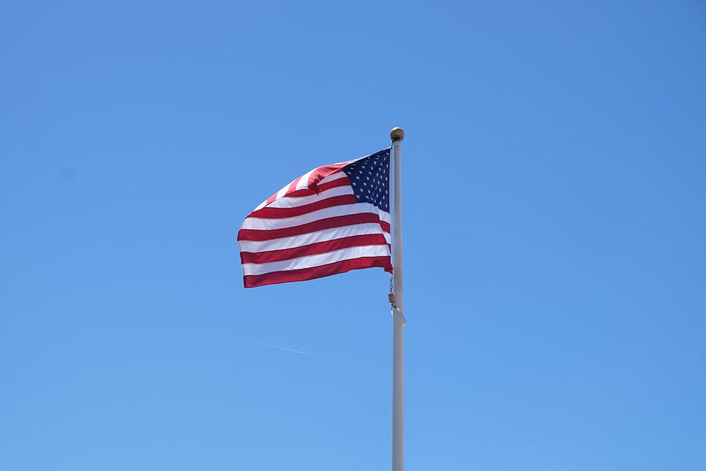 De Amerikaanse vlag wappert in volle glorie - West-Amerika