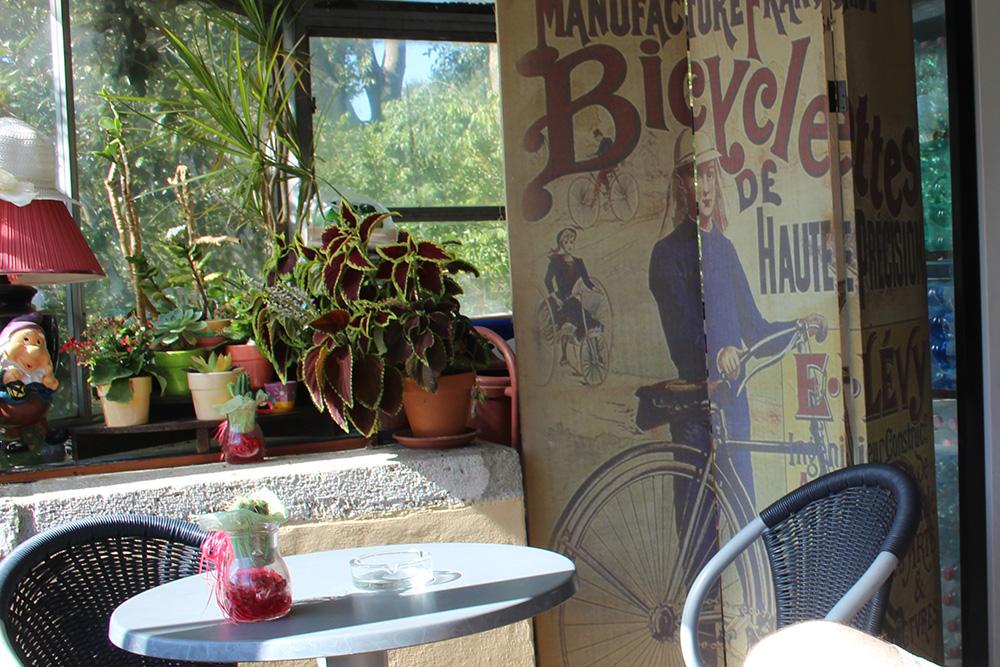 Een caffè met croissant in de zon om de dag mee te beginnen (en hoewel de poster anders doet vermoeden voor kenners van de Franse taal, is dit toch echt een Italiaans barretje)