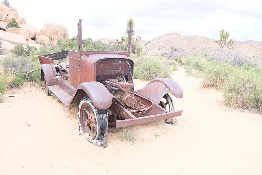 Deze auto zal voor altijd in het zand van het Joshua Tree Park blijven staan. Wat een mooi eerbeton aan de historie die op deze plek heeft plaatsgevonden