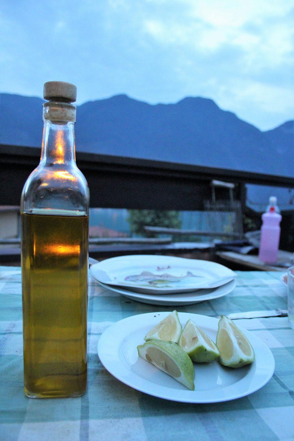 Olijfolie uit Sicilië en partjes limoen bij verse vis. Ik garandeer je: zout en peper zul je niet missen!