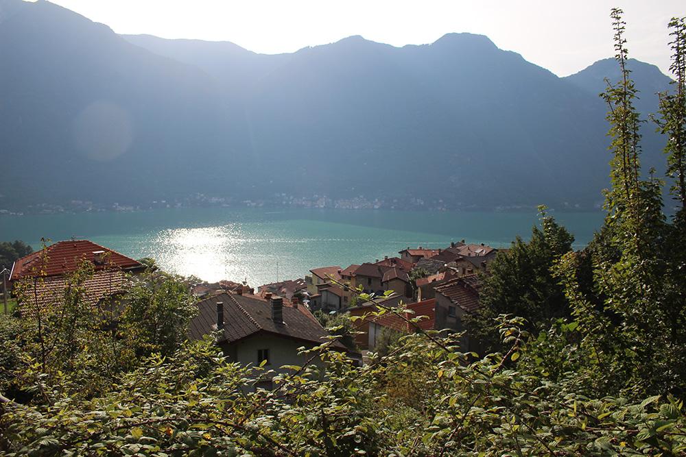 Uitzicht vanuit de poel bij 'Cascata del Budanchen' op Lago di Como