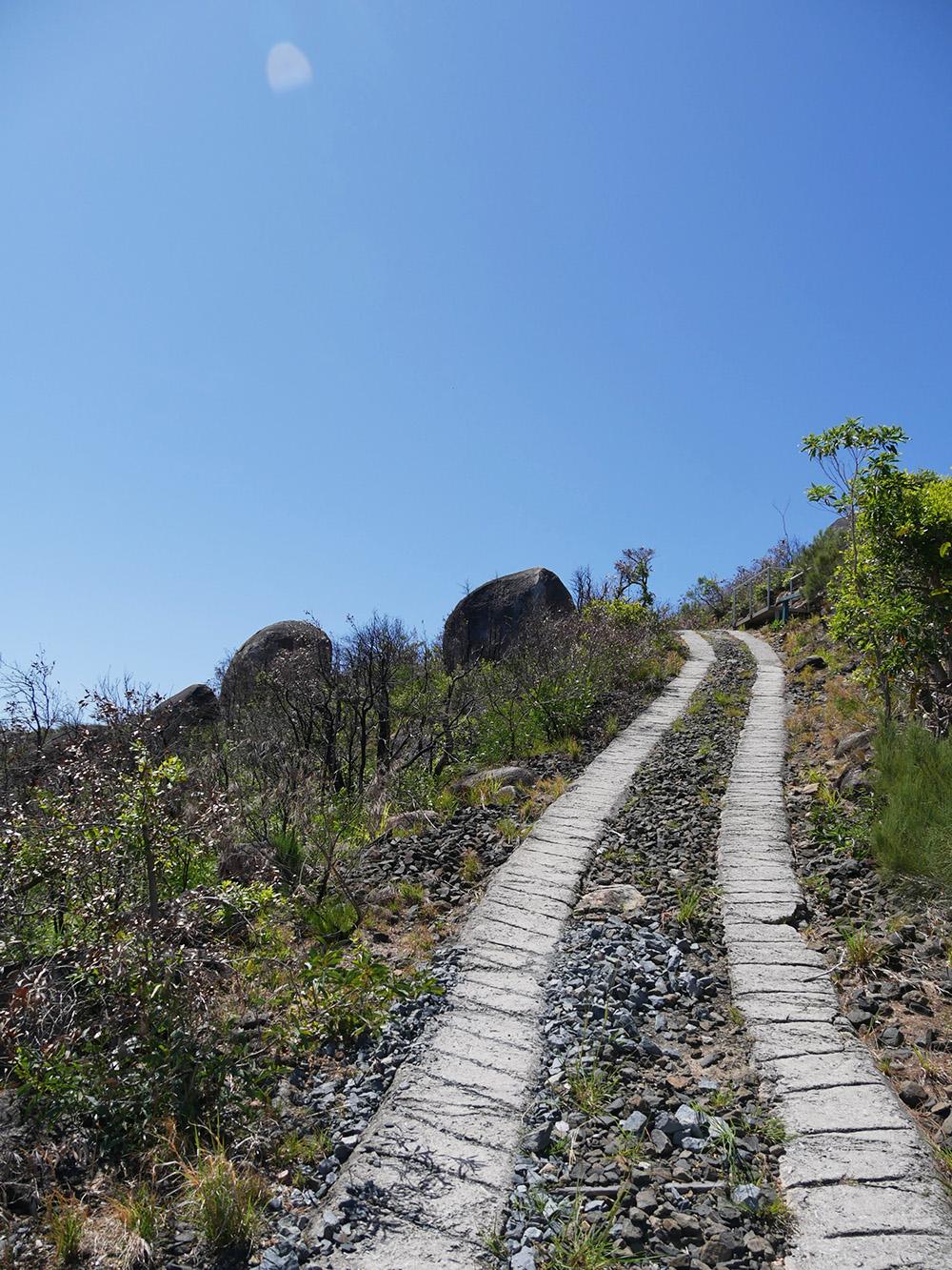 Steile paden die leiden naar de oude vuurtoren