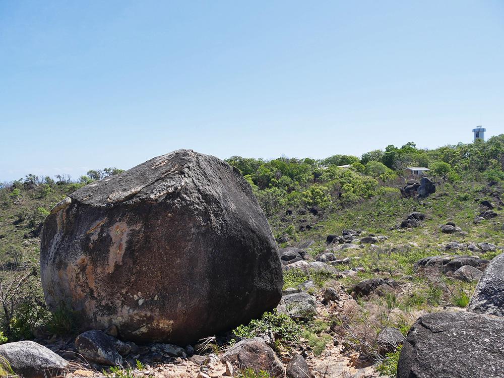Grote rotsen en op de achtergrond de oude vuurtoren