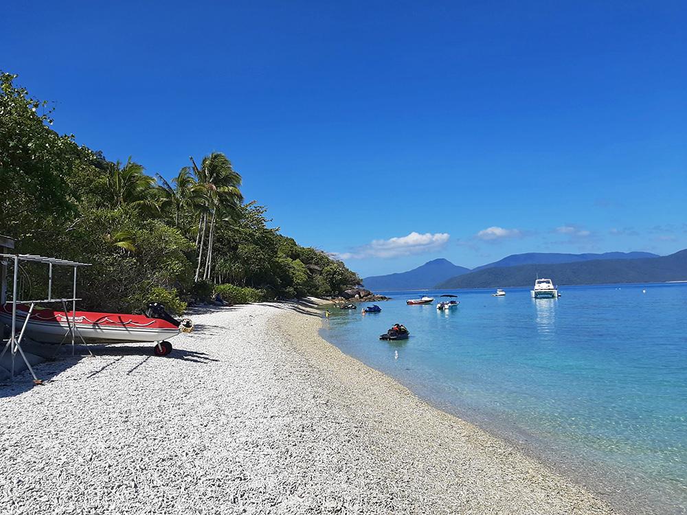 Stranden vol met oud koraal