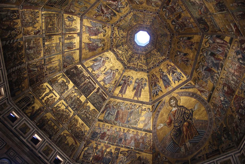 Een kijkje in de met mozaïek beklede 8 hoekige koepel van Battistero di San Giovanni