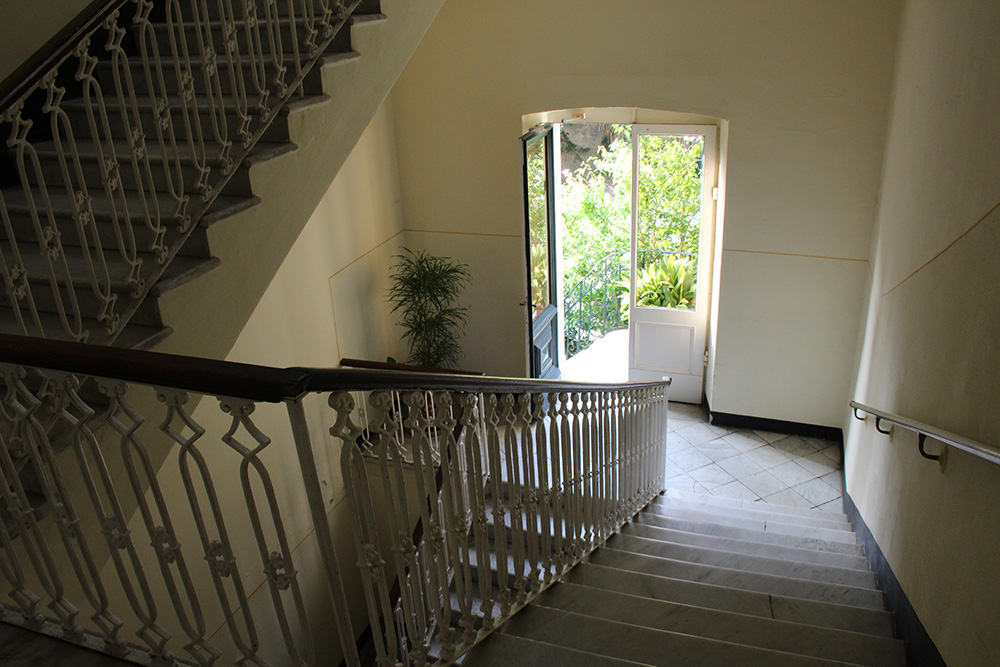 Het stijlvolle marmeren trappenhuis van B&B La Perla Blu