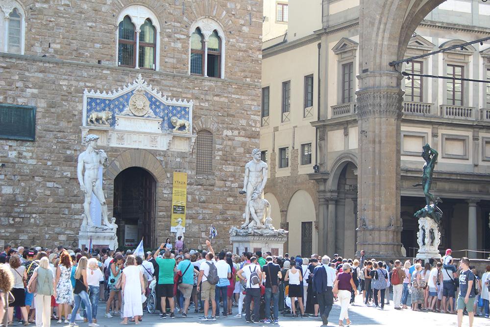 Hordes toeristen op het Piazza della Signoria, in deze 1.5 meter samenleving niet meer voor te stellen - Toscane