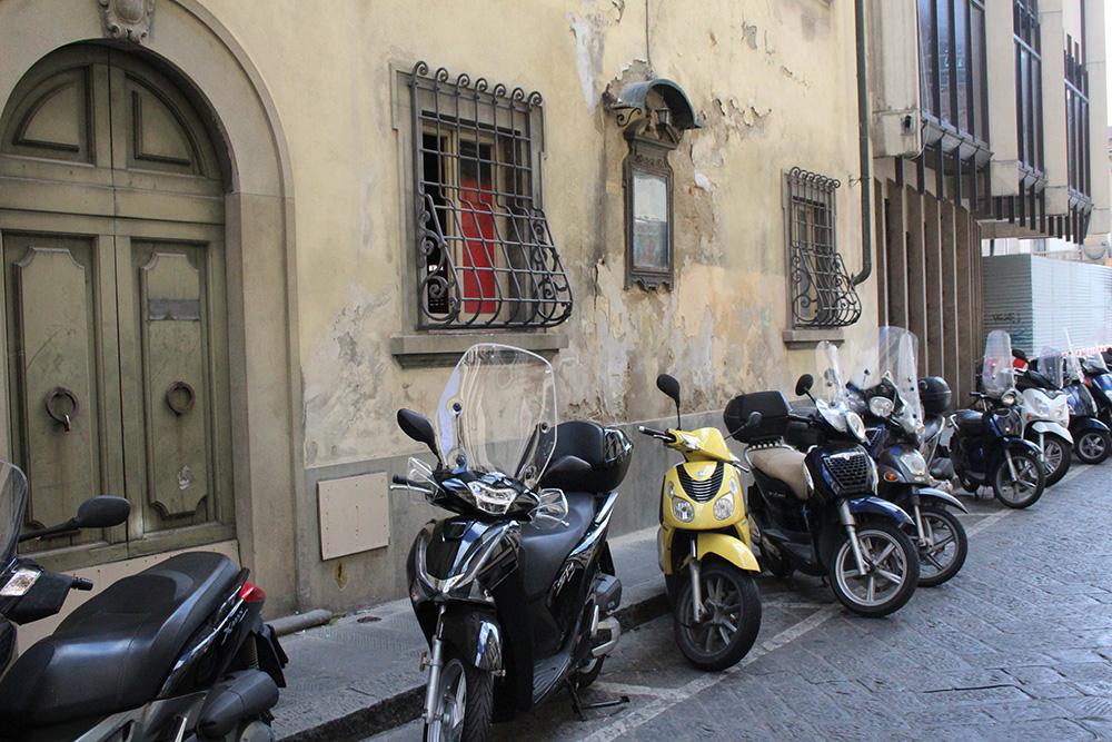 Italië, land van de scooters, zo ook in het autovrije centrum van San Gimignano